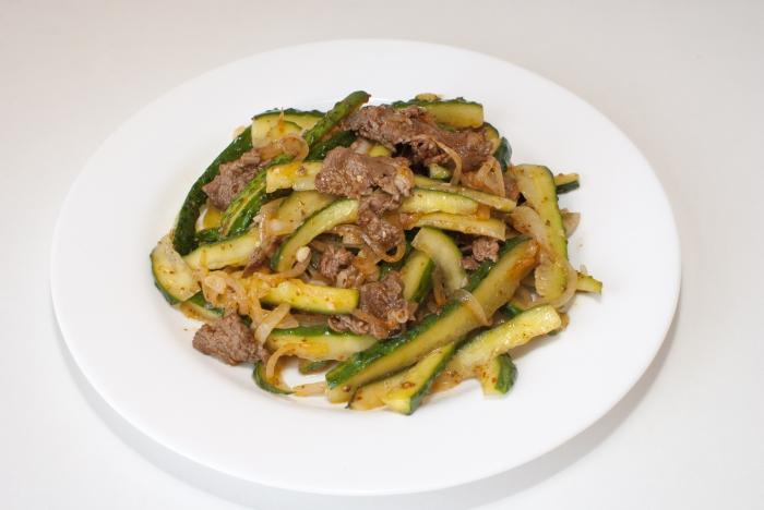 Салат из огурцов говядины и соевого соуса